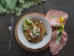 En casa nos gusta mucho la comida de inspiración mexicana, pero la verdad es que es una comida bastante alta en grasas e hidratos de carbono. La receta que os traigo hoy es un básico en mi cocina, la he ido adaptando para que sea un poquito más saludable, optando por hacer los nachos horneando en casa tortillas de maíz 100% , evitando los aceites para cocinar el pollo o al hacer la salsa, etc…Espero que la pongáis en práctica en casa y os guste tanto como a nosotros., este plato le hago a…