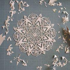 Mandala terminé!  Reste plus qu'à réaliser la phrase qui va bien et à encadrer… Origami, Book Art, Zentangle, Chinese Paper Cutting, Paper Cutting Patterns, Do It Yourself Inspiration, Arts And Crafts, Paper Crafts, Book Sculpture