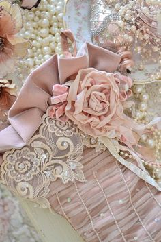 Check Out 21 Amazing Shabby Chic Christmas Decoration Ideas. Since Christmas is just around the corner it's time to start thinking about decorating your home. Shabby Chic Mode, Estilo Shabby Chic, Shabby Chic Style, Boho Chic, Shabby Chic Christmas Stockings, Shabby Chic Christmas Decorations, Shabby Vintage, Vintage Lace, Vintage Pink