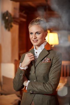 Susanne Spatt - Dirndl & Trachten Kollektion Herbst-Winter 2018/19 British Country Style, Country Fashion, Mode Inspiration, Elegant, Tartan, Tweed, Couture, Fashion Accessories, Jackets For Women