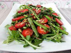 gar köstlich: Björns Salat mit Rucola, Erdbeeren und grünem Spargel
