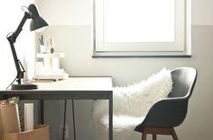 werk-, studeer- of hobbykamer - Bureau van furnlab, lamp van Trendhopper, Imitatie-schapenvacht van Ikea, stoel van Gamma, papieren zak van Serax, organizer van Marskramer