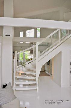 Białe schody w dwupoziomowym domu