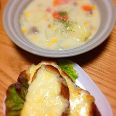 夜ご飯〜(*☻-☻*) お昼は暑いくらいが!夕方から寒くて( ´Д`)y━・~~シチューにしましたぁ。。 - 32件のもぐもぐ - クリームシチュー、チーズフランス(*☻-☻*) by chiko0522