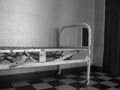 Antigua cama, Hospital El Salvador. Providencia, Santiago, Chile. Marzo 2011