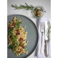 #nudelsalat #rosmarin #rosemary #oliven #olive #rucola #salat #antipasti #salad #yumyum #picnic #picknick #pinienkerne #pesto #food #summer #sommer  #onmyblog #aufdemblog #yummi  Habt einen schönen Sommerabend ☀️ Have a great summer evening