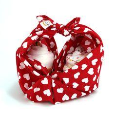 """Es ist ein Geschenk. Es ist eine Tasche. Es ist ein TUCH!  Furushiki - die Kunst des Umhüllens mit Stofftüchern. Unter dem Motto """"reduce, reuse, recycle"""" leben die Japaner schon seit Jahrhunderten. Mit wachsenden Umweltbewusstsein erobert diese Kunstform die ganze Welt.  buntherum steht für achtsames Kaufen und kreatives Schenken!  Mache aus Weihnachten die wundervollste Zeit im Jahr. Es liegt an DIR!"""