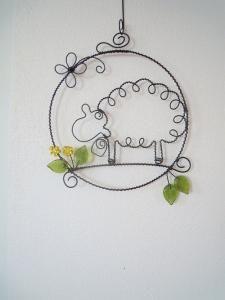 Wire sheep wreath: Ovečka s pampeliškou Wire Crafts, Metal Crafts, Jewelry Crafts, Diy And Crafts, Jewelry Ideas, Wire Wrapped Pendant, Wire Wrapped Jewelry, Wire Jewelry, Jewellery