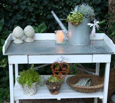 """Herbst, Herbst….    Damit mein Pflanztisch im Herbst  kein einsames Dasein fristet und da es gerade keine Tische zu dekorieren gibt, habe ich ihn heute voller Dekolust einer Verschönerung unterzogen. Jetzt ist auch unser """"Gartennachbar"""" wieder glücklich, weil er abends auf schönen Kerzenschein blicken darf…"""