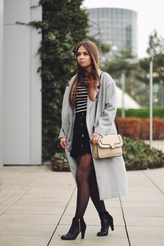 Black and Grey | Jeany is wearing a black and grey look with a suede skirt and a long coat on www.vogueetvoyage.com