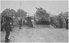 Guards tanks trekken over de Bailey brug in Son.
