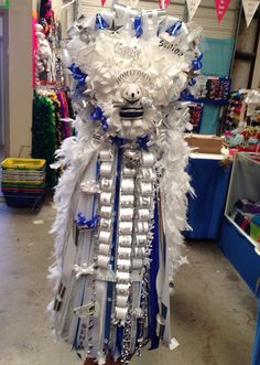 Texas Heart Homecoming Mum with feathers, love loops and custom dressed Drill team bear. Spotlight Mums in Keller, TX. Texas Homecoming Mums, Homecoming Corsage, Homecoming Games, Football Homecoming, Texas Mums, Floral Design Classes, Football Mums, Mums The Word, Sport Craft