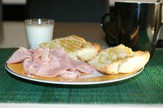 Tostadas, jamón, café y yogur. Desayuno dominguero :D