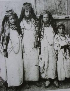 Vintage Photos of North African women Mizrahi Jews, Jewish Girl, Jewish History, Thinking Day, India, My Heritage, North Africa, African Women, Traditional Outfits