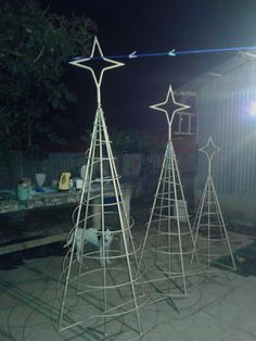 Welcome the festive season of Christmas with beautiful Christmas Outdoor Decor Ideas. From gleaming Christmas lights to outdoor Christmas trees & more. Wooden Pallet Christmas Tree, Spiral Christmas Tree, Dollar Tree Christmas, Christmas Tree With Gifts, Diy Christmas Tree, Outside Christmas Decorations, Decorating With Christmas Lights, Dip, Decor Ideas