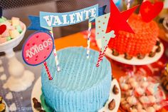 Bolos que fizemos para o aniversário de 3 anos do Valente e da Alice. ❤️⚡️💥🌟 #superamigos #edebabar    Decoração PicNic e fotografia Nathália Lovati Fotografia @nathalialovati!