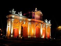 Construida por Carlos III en sustitución de una puerta del siglo XVI, es diseñada por Ángel Fernández de los Ríos en 1778 y está considerada como Monumento Histórico-Artístico, pertenece a una de las cinco puertas reales que daban acceso a Madrid. Carlos III edificó la puerta como símbolo conmemorativo de su entrada en Madrid.