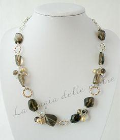 Collana in quarzo fumè | La magia delle pietre Piccoli ciuffi di perle arricchiscono la collana in pietradura di quarzo fumè