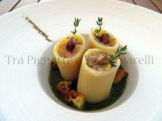 Paccheri ripieni al crudo di gamberi rossi e pistacchi, con passata di asparagi di mare e crostini di pane
