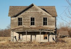 Abandoned house along the Blue River in Gage County Nebraska. Old Abandoned Buildings, Abandoned Property, Abandoned Mansions, Old Buildings, Abandoned Places, Into The West, Old Farm Houses, Old Barns, Haunted Places