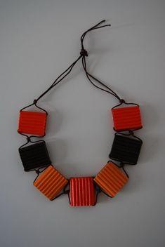 Collana LAURA: 7 elementi, cartone ondulato arancio, giallo e marrone tagliato a mano, filo di cotone cerato, colla vinilica, chiusura senza metallo