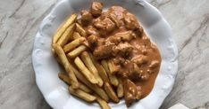 Görög mártásos hús    Hozzávalók:   2 egész csirkemell  gyros fűszerkeverék  kevéske só  1 lila hagyma  1 csapott ek cukor  3 ...