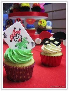 Joker and Harley Quinn Cupcakes at the Comic Book Shoppe Art Gala Fancy Cupcakes, Baking Cupcakes, Cupcake Cookies, Batman Cupcakes, Vanilla Cupcakes, Joker Cake, Batman Wedding, Comic Wedding, Marvel Wedding