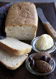Langtidshævet brød smager bare af mere! Få verdens nemmeste opskrift på det gode brød lige her!