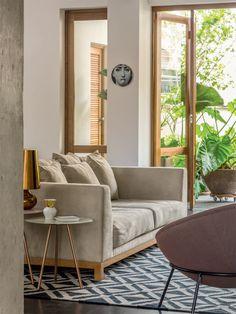 Na sala da lareira, o tapete gráfico (By Kamy) faz um bonito conjunto com as linhas retas do sofá Lovers (Micasa). As mesas laterais são da marca escandinava Bloomingville.