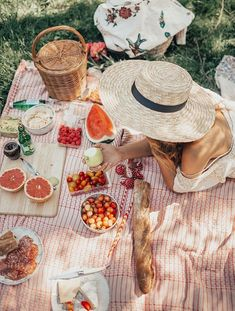 Picnic in Central Park. , Picnic in Central Park (By Tezza), Picnic Date, Summer Picnic, Beach Picnic Foods, Picnic Snacks, Summer Dream, Summer Fun, Summer Hats, Summer Things, Summer Beach