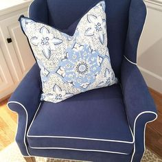 So happy looking at classic blue and white for clients reupholstered wing back @kravetinc @quadrillefabrics #kravet #quadrillefabrics #lucywilliamsinteriors #interiors #interiordesign #familyroom