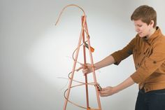 Using wire to tie copper tubing together for use in a DIY copper coil garden trellis Verwenden von D Obelisk Trellis, Wire Trellis, Garden Trellis, Plant Trellis, Obelisks, Diy Garden Projects, Garden Crafts, Garden Ideas, Copper Tubing