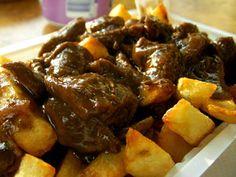 Zuurvlees zelf maken /  Ingrediënten :  •1 kilo paardenvlees (poulet), runderlappen of konijn in stukken • 2 grote uien • 3 à 4 kruidnagel • 1 à 2 theelepels suiker • 1 kopje azijn • 1/2 of 1 kopje water • peper • zout • 2 of 3 eetlepels (appel)stroop • 1 plak peperkoek • boter