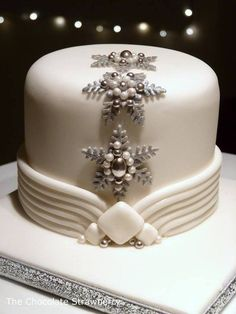 Art Deco Inspired Christmas Cake - Cake by Sarah Jones - CakesDecor Christmas Cake Designs, Christmas Cake Decorations, Christmas Cupcakes, Holiday Cakes, Xmas Cakes, Gorgeous Cakes, Pretty Cakes, Amazing Cakes, Winter Torte