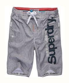Superdry Boardshorts Superdry badeshorts for herre. Superdry herreshorts med trykt Superdry-logo på beinet. Klassiske surfeshorts, helfôret med nettingfôr, med hekte og snøring og tre lommer. Søkeord: bad, badetøy, beach shorts