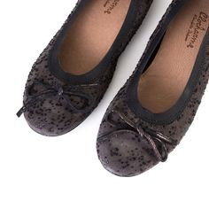 Be joyous on your adventures with the eccentric ballet flats from Clocharme. Alice is entertaining and will add excitement to your life as she brings the fun to your wardrobe! So grab your favorite dr