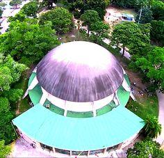 Planetario Humboldt Construido entre los años 1959 y 1961, esta ubicado en el Parque del Este. Cuenta con un aparato electromecánico que permite visualizar el firmamento de manera muy realista y reproducir su movimiento con gran precisión en cualquier parte del mundo desde los últimos 12.000 años hasta los próximos 14.000 años. Caracas, Venezuela
