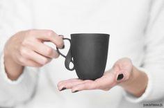 porcelana i szkło - kubki i filiżanki-Kubek MOBIUS z czarnej porcelany