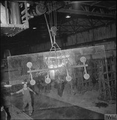 FACTORY WELFARE WORK: WELFARE AT PILKINGTON'S GLASS FACTORY, ST HELENS, LANCASHIRE, ENGLAND, UK, 1944 (D 20114)