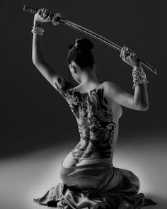 World Martial Art Japanese Samurai 侍 Bushidō 武士道 Women and Katana Tattoo Girls, Girl Tattoos, Tatoos, Bodysuit Tattoos, Poses, White Photography, Street Photography, Tattoo Photography, Foto Art