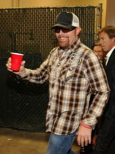 Toby Keith has some catchy funny songs, but love them. What a character. Country Music Artists, Country Singers, Allen Jackson, Number One Song, Red Solo Cup, Funny Songs, Trace Adkins, I Love America, The Beach Boys