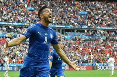 Italy's forward Pelle celebrates after scoring a goal during the Euro 2016 round of 16 football match between Italy and Spain at the Stade de France stadium in Saint-Denis, near Paris, on June 27, 2016.  .Italy won the match 2:0. / AFP / VINCENZO PINTO
