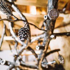 Výnimočné ručne vykované zábradlie do interiéru s prírodným motívom - Strom-sosna - detail zábradlia s logom UKOVMI
