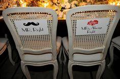 Verusca e Irvin - placas divertidas nas cadeiras dos noivos