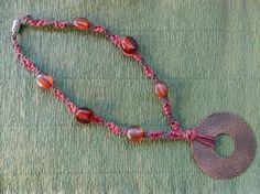 Collar de macramé de hilo de polyester, cuentas de plástico y colgante de metal. www.singularts.es