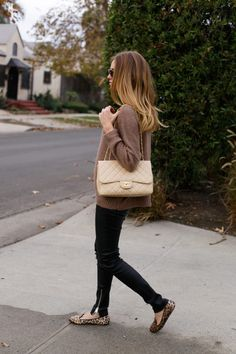 Get in The Blonde Salad by Chiara Ferragni mood: discover all the latest women's clothing collections for Fall-Winter 2018 in limited edition and shop them now exclusively on the store online. Beige Chanel Bag, Beige Outfit, The Blonde Salad, Weekend Wear, Celebrity Look, Street Chic, Cute Fashion, Autumn Winter Fashion, Winter Style