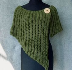 stole, poncho [this would be easy to do without a pattern, make first row as long as needed then decrease every other row until you get it as short as you'd like for the arm length and the wrap around the back, then just repeat for desired length. Crochet Poncho, Knitted Shawls, Crochet Scarves, Crochet Clothes, Knitting Projects, Crochet Projects, Knitting Patterns, Crochet Patterns, Poncho Patterns
