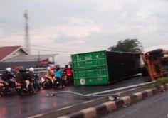 Covesia.com - Karena rem blong, sebuah truk kontainer milik perusahaan ekspedisi dengan bobot 30 ton terguling di Jembatan Layang Kranji, Bekasi Barat, Kota...