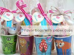 Detalle de cumpleaños con vasos de papel
