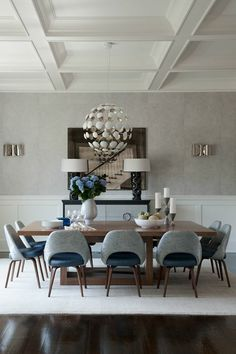meubles dans la salle à manger moderne avec plafond haute et lustre moderne